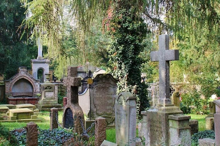 На кладовищі