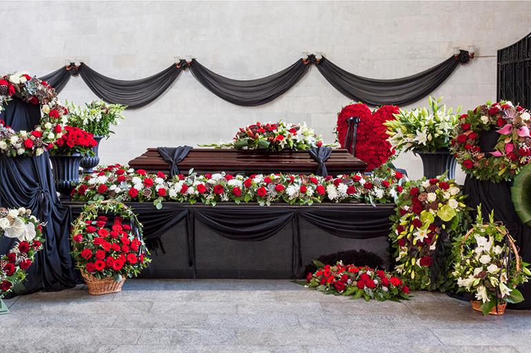 Гроб под цветами