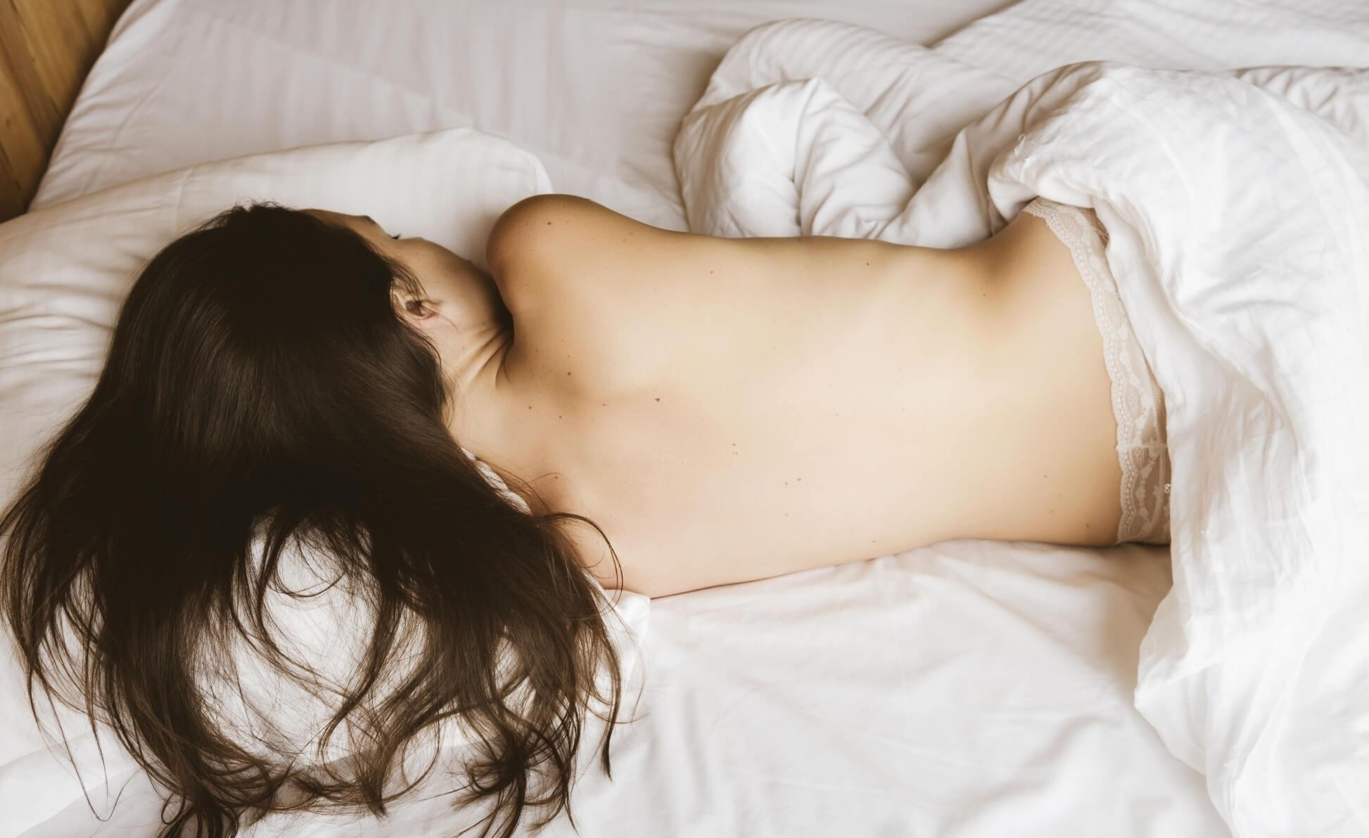 Гола жінка уві сні