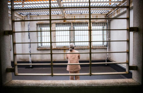 Сидеть во сне в тюрьме