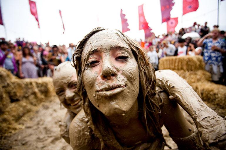 Обмазывать себя грязью
