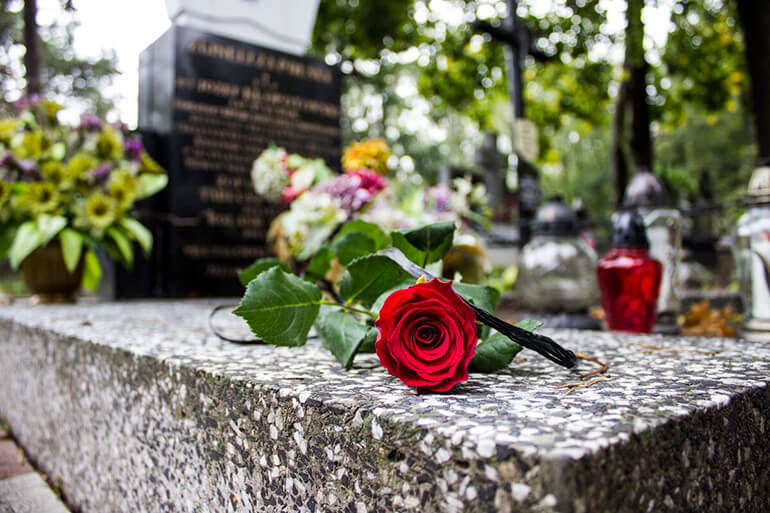 Могила з квітами