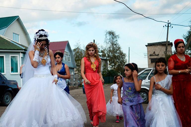 Цыганка гуляет на свадьбе