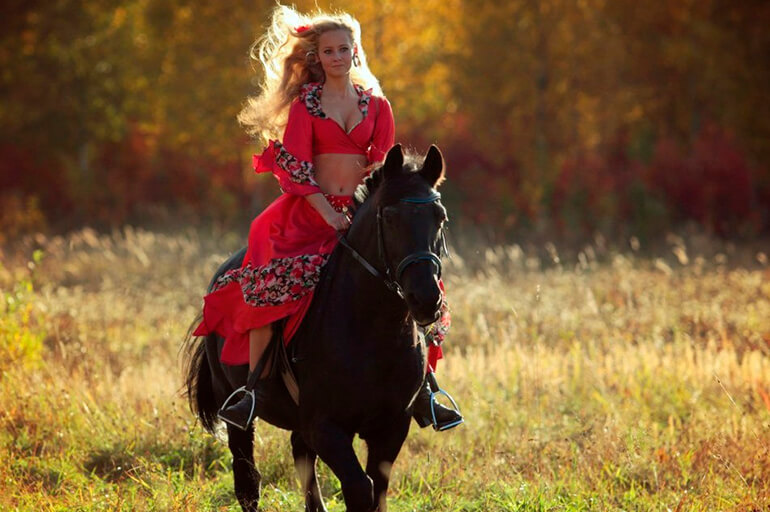 Цыганка скачет верхом на коне